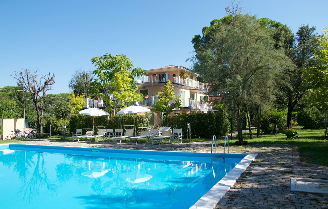 Italy - Marina di Massa - Residence La Pergola : Outdoor swimming pool