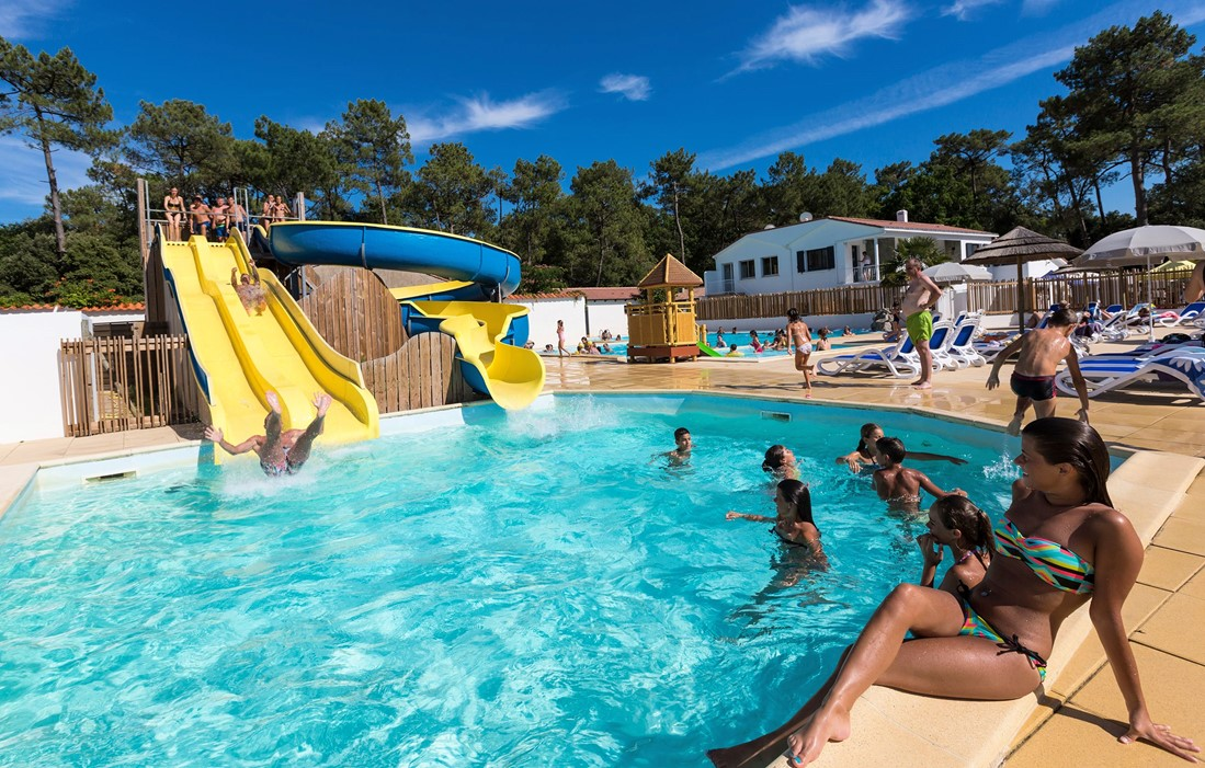 Longeville sur Mer - Odalys Camping Les Dunes : Outdoor swimming pool and water slides