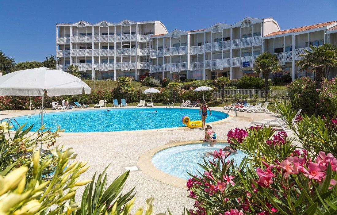 Fouras - Odalys Residence Les Terrasses de Fort Boyard : Outdoor swimming pool