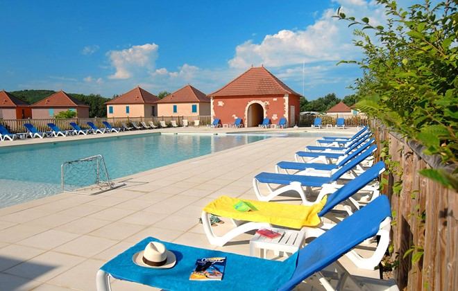 Prayssac - Odalys Club Residence Claire Rive : Outdoor swimming pool