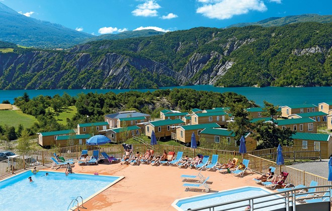 Location vacances mobil home les berges du lac au lauzet for Piscine embrun