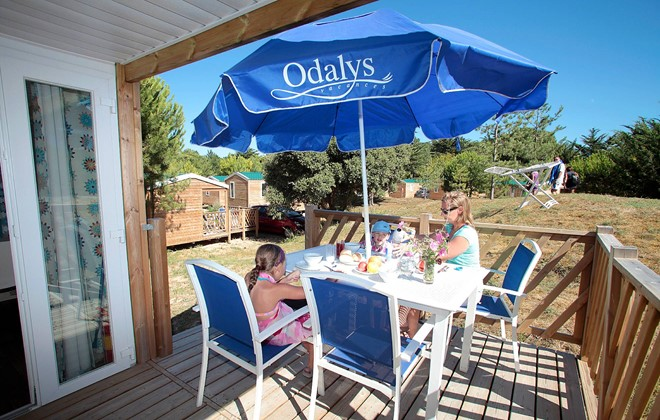 Saint Hilaire de Riez - Odalys Camping Les Demoiselles : Terrace of a mobile home