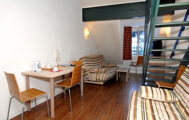 Cauterets - Odalys Hotel Residence Balnéo Aladin : Inside of an apartment