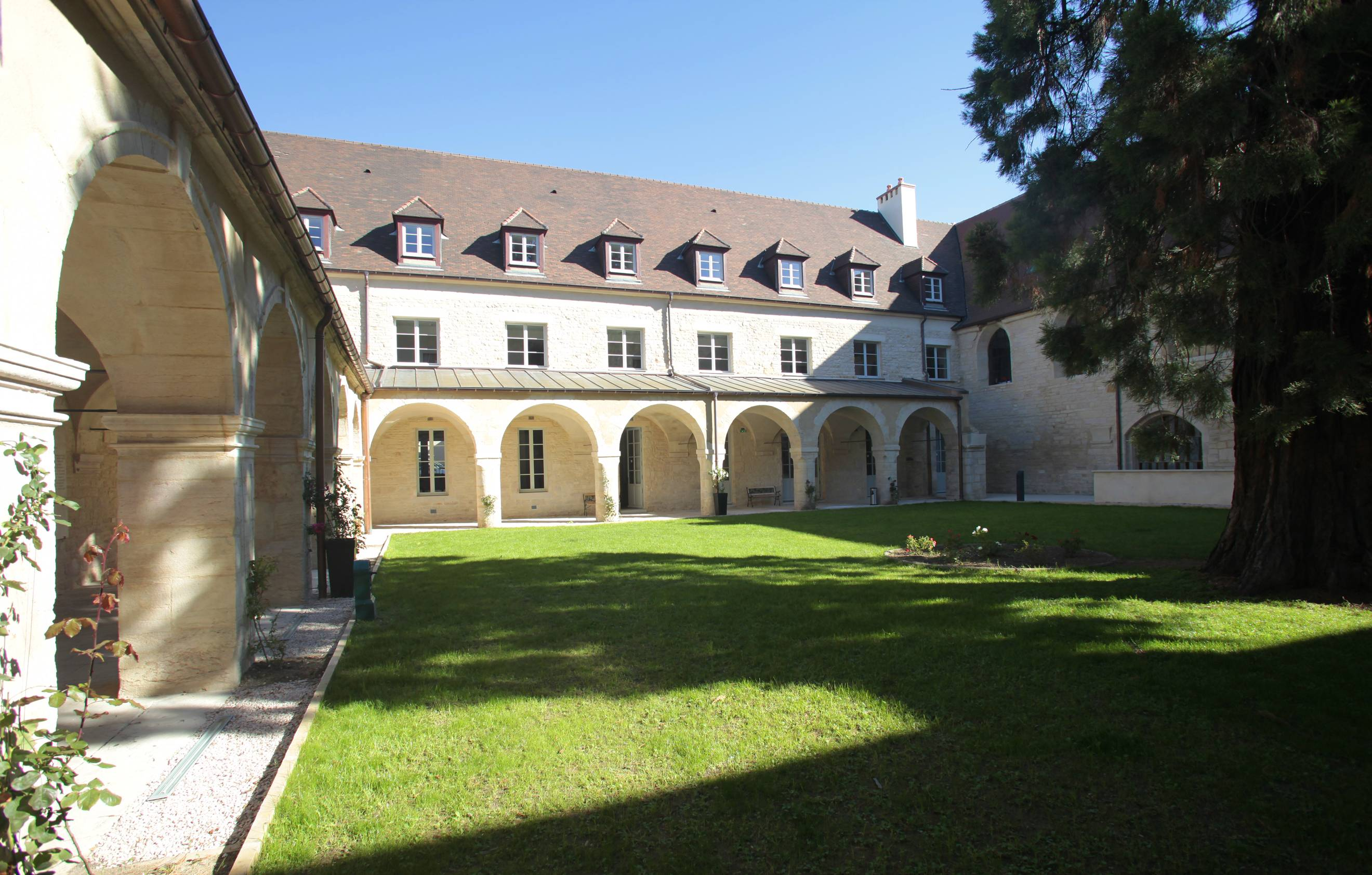 Location dijon appart h tel les cordeliers odalys for Location appart hotel