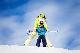 enfants apprennent à skier