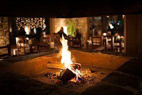 feu de cheminée et repas d'hiver à la neige