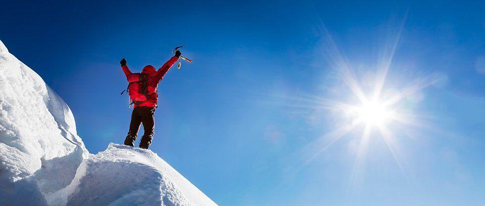 grimpeurs sur glace haut sommet de la montagne