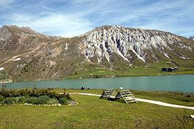 le lac de Tignes, départ de randonnées dans le parc de la Vanoise