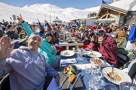 famille déjeunant au restaurant d'altitude de Tignes