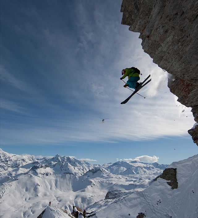saut pendant une descente freeride à Tignes