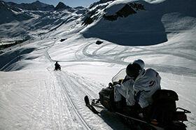 randonnée en motoneige sur les pistes de Tignes