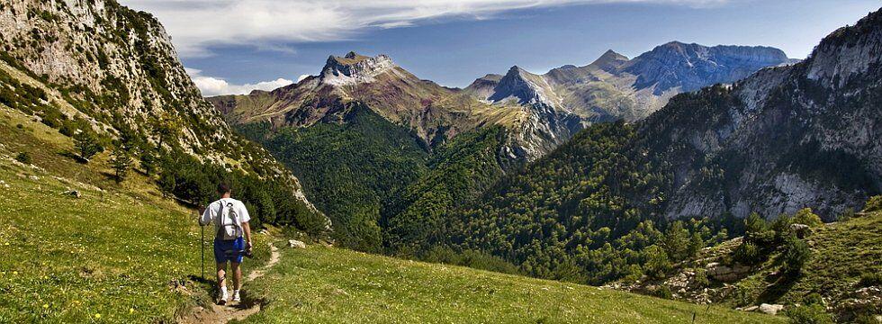 Jeune homme marchant dans les Pyrénées