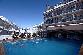 piscine extérieure chauffée de la résidence Balnéo Aladin à Cauterets