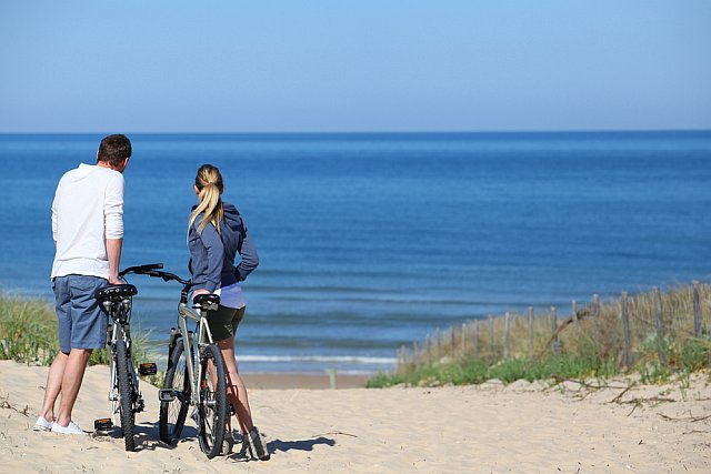Un couple sur la Vélodysser le long de la côte Atlantique