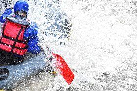 sport dans l'eau vive en camping à la campagne