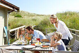 vacances en camping en famille déjeuner en plein air