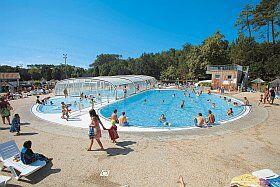 La piscine de la résidence-club Les Villages sous les pins, à Léon