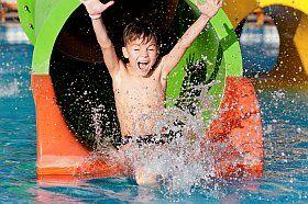 Les piscines à toboggan font toujours la joie des enfants!