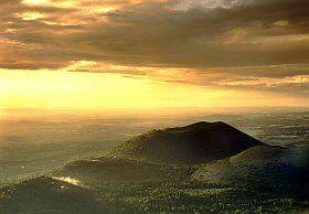 les volcans d'Auvergne la chaîne des Puys site naturel de France