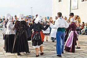 Danse bretonne dans les rues pendant les vacances