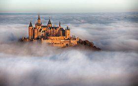 Un château encerclée de nuages